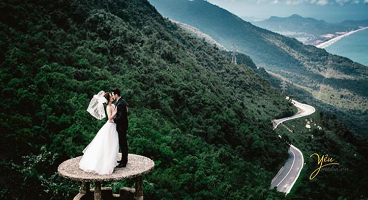 phong cảnh núi rừng hùng vĩ của đèo Hải Vân làm nền tuyệt đẹp cho các bức ảnh cưới của các cặp đôi