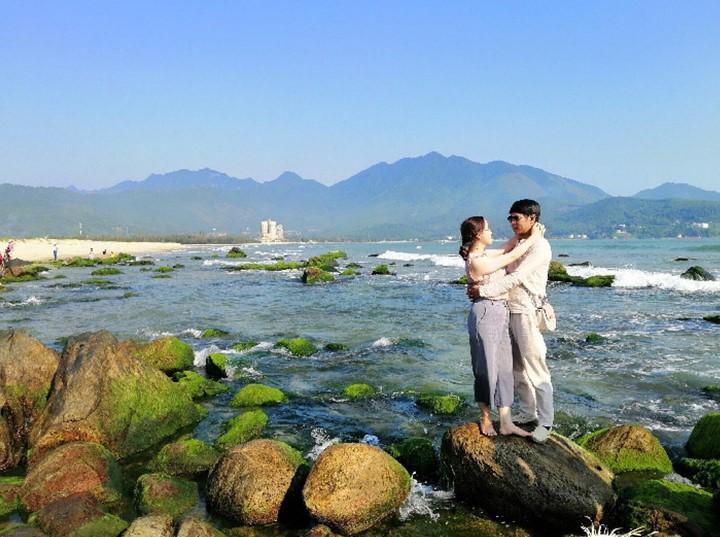 cặp đôi hòa mình giữa sóng biển ở rạng Nam Ô Đà Nẵng